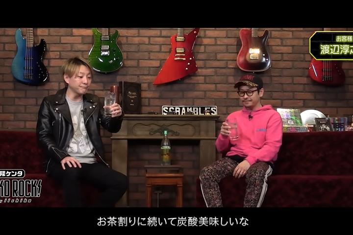 「いいちこ25度」ソーダ割りを味わう松隈さんと渡辺さん