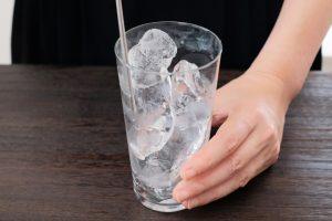 氷でグラスを冷やす