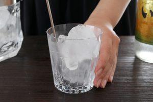 ロックグラスに氷を入れ、マドラーでステアしグラスを冷やす