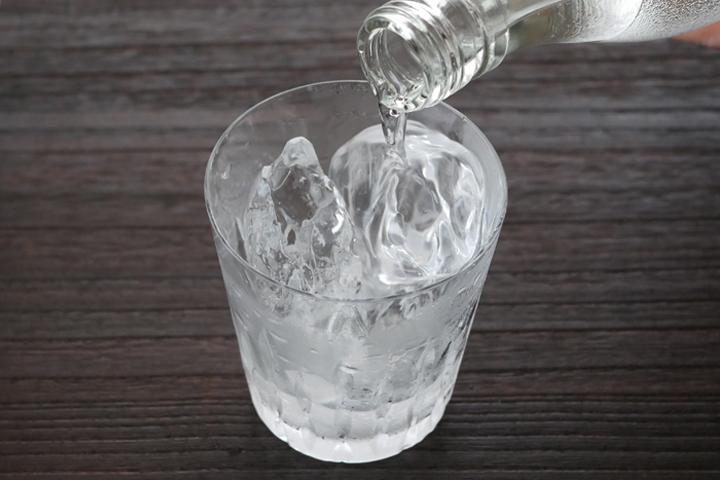 3)グラス半分くらいを目安に焼酎を静かに注ぐ