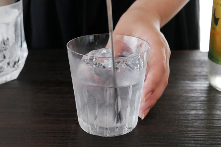 4)焼酎と氷をしっかり馴染ませるようにステアする
