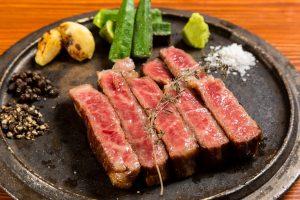 鉄板焼きのステーキ