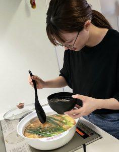 料理を作る亀井さん